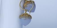 Deze ui-vormige amethist oorhangers hebben een 18 karaat gouden filigrain hoedje en een gouden haak