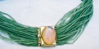 Dog collar in 22k goud met honing opaal en strengen jade