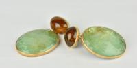 Smaragd oorbellen in 18k goud en zilver, met grote smaragden hangers en bruine toermalijn top