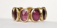 Sluis Juwelen   9 steens ring,Deze ring is gemaakt van asymmetrisch geslepen edelstenen die gezet zijn in 18 karaat goud.