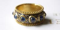 Geemailleerde ring van 23k goud met echt emaille en hart vormige saffieren