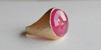 Sluis Juwelen   Robijn ring met 20mm roos geslepen robijn in 18k gezet