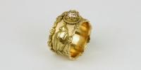 Sluis Juwelen   Valken ring in18 karaat goud met gehuifde valken en is bekroond met een diamant van 1 karaat