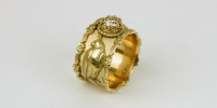 Falcon ring in 18 carat gold with buckled falcons and has been awarded with a 1 carat diamond.