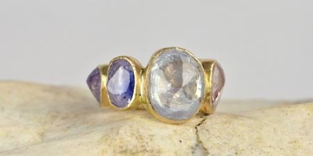 9 steens ring, zware 18k gouden ring met celylon saffieren