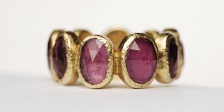 9 steens ring,Deze ring is gemaakt van asymmetrisch geslepen edelstenen die gezet zijn in 18 karaat goud.