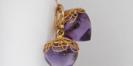 Amethyst oorhangers met een  filigrain hoedje van 18 karaat goud