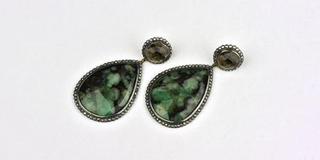 Oorhangers met 3 cm lange smaragden en roos diamanten