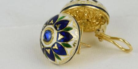 Oorstekers in 22k goud, saffier en geheel geemailleerd