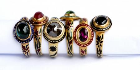 Ringen van 23 karaat goud met florale gravures die opgevuld zijn met echt emaille.