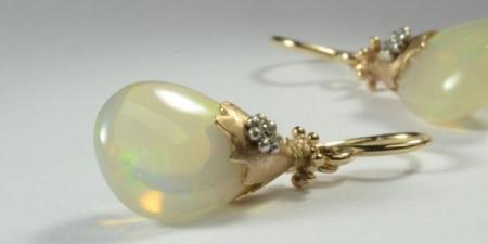Transparante opaal oorbellen met een 18 karaat hoedje