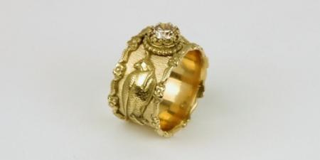 Valken ring in18 karaat goud met gehuifde valken en is bekroond met een diamant van 1 karaat