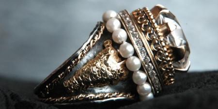 sneeuwtaart ring met parelrandje kenmerkt zicht door de 20mm grote kwartssteen met daaronder een diamanten alliance ring.