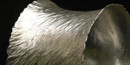 werveling Zilveren manchet armband met hamerslag patroon, welke is aangebracht met een penhamer.