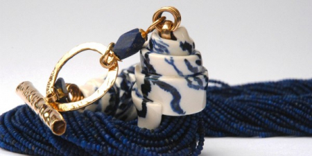 Delft hat in porcelain with 18k gold and lapis lazuli.